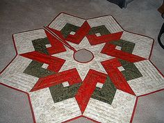 Patchwork Christmas Quilt Tree Skirts Ideas For 2019 Diy Christmas Tree Skirt, Christmas Tree Skirts Patterns, Xmas Tree Skirts, Christmas Patchwork, Christmas Sewing, Xmas Trees, Crochet Christmas, Star Quilt Patterns, Tree Patterns