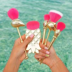 Brushes that are as flocking fun as you are 😉 Meet our NEW limited-edition let's fla-mingle brush set! 💖🌴 5 FULL-SIZE brushes with super soft pink bristles & gold handles! This set includes:🍍powder brush for loose powders🍍cheek brush for bronze Makeup Brush Storage, Makeup Brush Cleaner, Makeup Brush Set, Makeup Brush Holders, Cute Makeup, Diy Makeup, Makeup Tools, Beauty Makeup, Unicorn Makeup