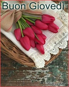 Find images and videos about flowers, flores and nature on We Heart It - the app to get lost in what you love. Fresh Flowers, Spring Flowers, Beautiful Flowers, Red Tulips, Vintage Farmhouse, Flower Wallpaper, Happy Weekend, Vintage Decor, Burlap Wreath