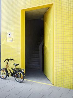Modern Patio House Design With Bright Exterior Yellow Facade Architecture Villa Design, Facade Design, Exterior Design, House Design, Patio Design, Big Yellow Door, Yellow Doors, Yellow Tile, Yellow Walls