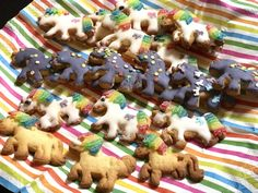 Verschiedene Einhorn-Kekse mit Zitronenglasur, lilafarbener Glasur und Miami-Fruchtgummis als Mähne für den Kindergeburtstag | Mehr Infos auf Mamaskind.de Gingerbread Cookies, Kids Meals, Blog, Desserts, Miami, Rainbow Unicorn, Unicorn Birthday, Unicorn Party, Food For Children