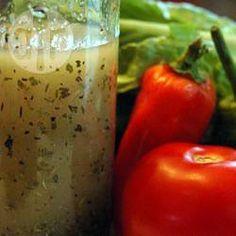 Molho italiano de ervas secas para salada @ allrecipes.com.br (also,cebola,oregano,tomilho, sal,acucar,manjericao, e add azeite e vinagre na hora de servir