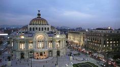 Éste es el palacio de Bellos Artes. Está en Mexico City. Es muy grande y hay una cúpula. Los turistas les gustan los murals.