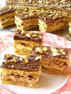 The colors of the plate: Cake with nuts, dates and vanilla cream Romanian Desserts, Romanian Food, Eastern European Recipes, Vanilla Cream, Cakes And More, Tiramisu, Tart, Gem, Sweet Tooth