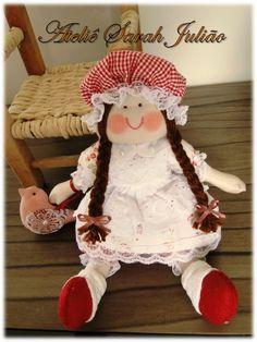 Mini camponesa. Boneca de pano com 25 cm de comprimento, cabelos de lã, roupas e touca em tecidos de algodão, sapatinhos de feltro e polainas em malha de meia.