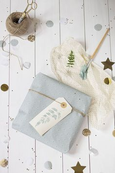Lovely gift wrapping with DIY paint Paper Packaging, Pretty Packaging, Gift Packaging, Present Wrapping, Gift Wrapping Paper, Wrapping Ideas, Christmas Gift Wrapping, Christmas Gifts, Homemade Gifts