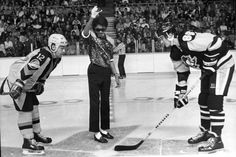 Michel Jackson dropping the puck at the Pacific Coliseum for a game between Vancouver Canucks VS Pittsburgh Penguins. Mario Lemieux Stan Smyl are taking the draw. Vancouver Canucks, Canada Vancouver, Jesse Owens, Michael Jackson, The Jackson Five, Jackson Family, Axl Rose, Arnold Schwarzenegger, Pittsburgh Penguins