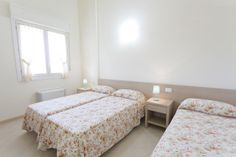 Bedroom with 3 single beds, or combined as 1 double bed and 1 single bed, in the apartment for 6 people.