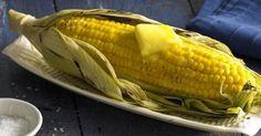 Gegrilde maïskolf met boter op de barbecue