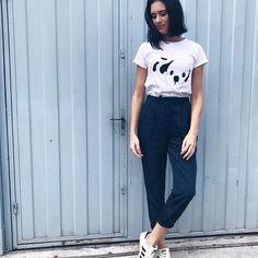 • morning • Se tem uma peça que amo e combina muito comigo, com certeza é as #tshirts ! Quanto mais eu tenho, mais quero ter! Sou dessas! Hahah 😂😂 Dica esperta: dobrar as mangas deixa o look super #cool 💕 #blogger #bomdia