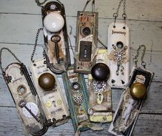 Mixed Media Vintage Door Handles ~ cool way to let your creativity turn these in. - Mixed Media Vintage Door Handles ~ cool way to let your creativity turn these into a great hanging - Mixed Media Artists, Mixed Media Collage, Art Altéré, Old Door Knobs, Vintage Door Knobs, Do It Yourself Jewelry, Creation Deco, Found Object Art, Scrap Metal Art