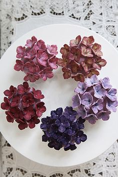 hydrangea cupcakes...wow! I can't imagine actually being able to make these. but they are gorgeous:)