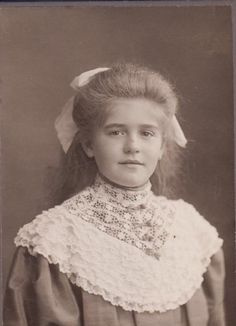 Pretty girl with enormous lace collar, antique Victorian or Edwardian period cabinet card photo. Berlin, Germany.