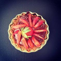 Tortinha de chocolate  com morango . Ficou bonita mas vou descobrir se ficou boa. #pie #pies #tortinha #strawberry #morango #dessert #sobremesa