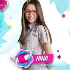 Ella es Nina! Interpretada por Carolina Kopelioff ❤️  Ella es una chica tímida y estudiosa, su vida cambia desde que Luna y ella se vuelven BFFS, a ella le gusta Gastón, el mejor amigo de Matteo. Ellos no serían una linda pareja???