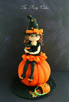 Little Witch - Halloween cake topper - pumpkin made from RKT covered in fondant. The Little Witch and her accessories and kitten are all made from fondant. Posted on Cake Central by teaparty. Very sweet and well-executed topper. Halloween Torte, Dessert Halloween, Polymer Clay Halloween, Theme Halloween, Halloween Cupcakes, Halloween Treats, Halloween Halloween, Cake Topper Tutorial, Fondant Tutorial