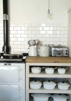 weiße rechteckige Fliesen subway in der Küche