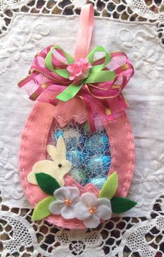 Uovo pasquale in pannolenci con ovetti di cioccolata - Salvabrani Easter Toys, Easter Crafts, Easter Bunny, Spring Crafts, Holiday Crafts, Easter Egg Designs, Beaded Banners, Easter 2018, Diy Ostern