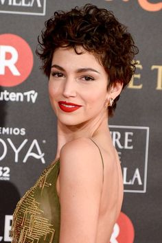 augenbrauen-formen-roter-lieppenstift-kurze-haare-locken-abend-natürliches-make-up Para seeing that cacheadas e crespas, dormir sem desmanchar the cachos parece até Short Curly Cuts, Short Curls, Curly Hair Cuts, Curly Hair Styles, Wavy Hair, 3b Hair, Curly Pixie Haircuts, Curly Bob, Updo Curly