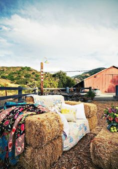 sofa hay bales - rustic alternative to traditional outdoor wedding seating Hay Bale Couch, Hay Bale Seating, Hay Bales, Outdoor Seating, Hay Chair, Straw Bales, Booth Seating, Garden Seating, Seating Areas