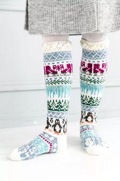 Merja Ojanperän We love winter -kirjoneulesukat | Meillä kotona Wool Socks, Knitting Socks, Men In Heels, Christmas Stocking Pattern, Yarn Needle, Leg Warmers, Mittens, Knitting Patterns, Wwe