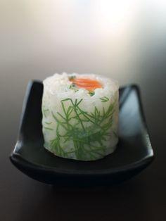 Wonderful sushi roll with rice paper instead of nori. Sushi Co, Raw Sushi, Japanese Food Sushi, Sashimi Sushi, Sushi Time, Food Presentation, Food Design, Chefs, Food Inspiration