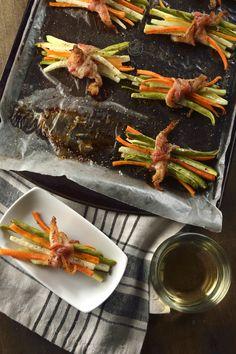 La receta de atados de vegetales con tocino es una forma diferente y elegante de presentar la verdura como un bonito acompañamiento para cualquier plato fuerte. Son deliciosos vegetales amarrados con tocino, una guarnición muy sabrosa y bonita.