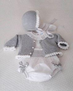 moda infantil made in spain - Babykleidung Crochet Onesie, Crochet Baby Jacket, Knitted Baby Cardigan, Baby Pullover, Knitted Baby Clothes, Hat Crochet, Baby Knitting Patterns, Knitting For Kids, Baby Patterns