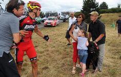 2012 20/7 rit 18 > Philippe Gilbert is boos op het gezin dat de hond liet loslopen en een crash veroorzaakte