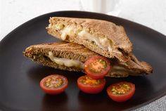 Ruistoast on rapean herkullinen väli- tai iltapala. Jos tarjoat toastin kanssa vihreää salaattia, saat siitä myös nopean lounaan. http://www.valio.fi/reseptit/ruistoastit/