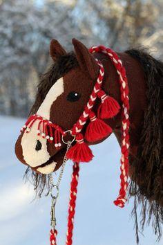 Iisan talli Felt Crafts Patterns, Horse Galloping, Stick Horses, Westerns, Horse Pattern, Dragon Crafts, Fabric Animals, Hobby Horse, Horse Crafts
