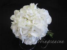 #white #elegant #simple #romantic #bridal #bouquet #destinationweddings #weddingcancun by #latinasia