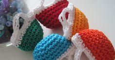 ecco le bellissime e piccole borsettine che si possono usare in tanti modi diversi a vostro piacere e.... Crochet Pouch, Crochet Keychain, Crochet Cross, Knit Crochet, Crochet Earrings, Crochet Hats, Crochet Doll Clothes, Knitted Dolls, Doll Clothes Patterns