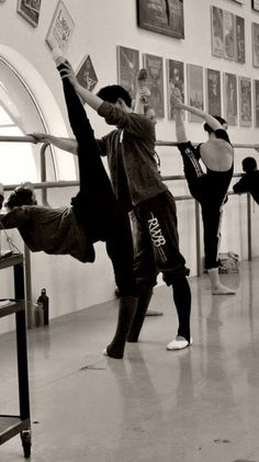 Find images and videos about ballet and ballerina on We Heart It - the app to get lost in what you love. Ballet Art, Ballet Class, Dance Class, Ballet Dancers, Ballet School, Dance Studio, Shall We Dance, Lets Dance, Alonzo King