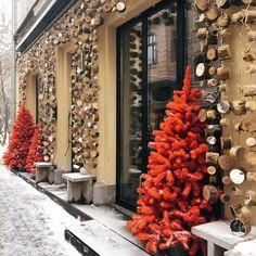 • На фото наше новогоднее оформление для Pinch. Мы сделали акцент на контрасте между традициями и современностью, соединив текстурную древесину с зеркальной поверхностью. А дополняют инсталляцию яркие красные елки, которые стоят у самого входа •