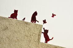 Gatitos jugando en la pared