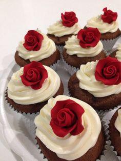 Chocolate cupcakes with hand made roses. Chocolate Cupcakes, Mini Cupcakes, Cheesecake, Meals, Desserts, Handmade, San, Sweets, Xmas