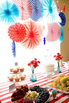 Red White & Blue fans and table cloth Thomas The Train Birthday Party, Trains Birthday Party, Blue Birthday, Blue Table Settings, Red Cupcakes, Armelle, Patriotic Party, Blue Party, Red White Blue