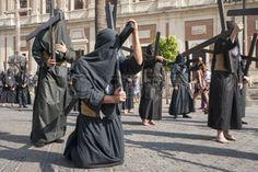 nazarenas: Penitente con su cruz, Semana Santa de Sevilla Nazareno de la Hermandad de los estudiantes