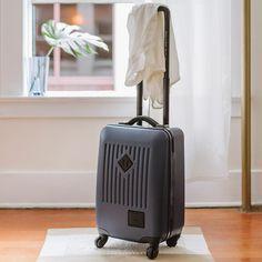 #Herschel Trade Carry On Dark Shadow #Maleta de cuatro ruedas Herschel Trade Carry-On en color gris oscuro ofrece el más alto nivel de calidad y durabilidad. Dimensiones: 54,60cm (Al) x 35,5cm (An) x 22,85cm (L), 34L  #Luggage #travel