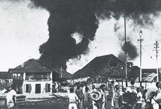 Chinese refugees fleeing revolutionary violence in Surabaya September, 1945 Surabaya, World War Two, Revolutionaries, Old Pictures, Jakarta, Theater, Indie, Police, September