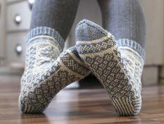 Norwegian knitting idea for pretty socks – ClaudiaTutti Frutti sokken. Norwegian knitting idea for pretty socks – Knitting 2019 trend Fair Isle Knitting, Knitting Socks, Baby Knitting, Knitted Hats, Knit Socks, Knitting Patterns, Crochet Patterns, Norwegian Knitting, Crochet Santa