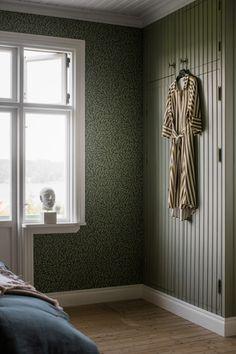 Modernin maalaistyylin jäljillä - Lisbet e. Minimalist House Design, Minimalist Home, Interior Trim, Interior Design, Dark Green Wallpaper, Interior Wallpaper, My New Room, Contemporary Interior, Home Accents