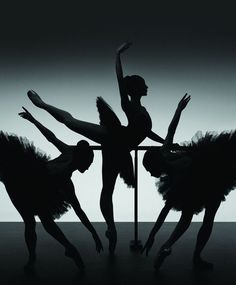 Ballerinas of the Australian Ballet (Photo: Georges Antoni) In Etudes.