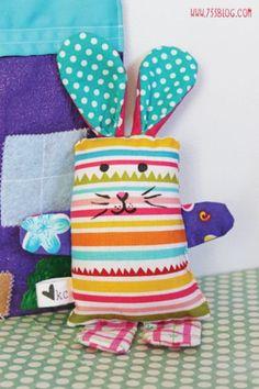 Coelhinho infantil com retalhos deixa a garotada muito feliz. Faça este fofo brinquedo para as suas crianças, para que elas também decorem o quarto com ele.