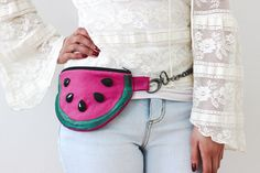 How perfect is this easy sewing DIY watermelon fanny pack project for your summer style?!