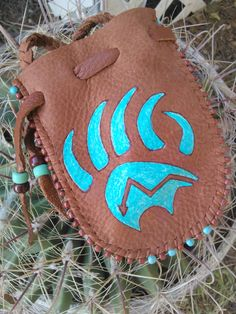 Honngyam Medicine Bag by earthwayspirit on Etsy - Diy Skin Care Sewing Leather, Leather Craft, Loom Patterns, Beading Patterns, Tambour, Native American Crafts, Leather Workshop, Medicine Bag, Painted Pony