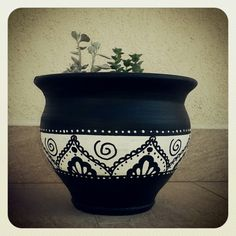 black and white painted terracotta pots Ceramic Pots, Terracotta Pots, Clay Pots, Painted Plant Pots, Painted Flower Pots, Painted Pebbles, Flower Pot Crafts, Clay Pot Crafts, Pottery Painting Designs