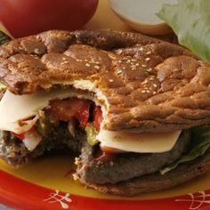 Low Carb Hamburger Lust auf einen köstlichen Hamburger? Hier kommt unsere LCHF Version mit Oopsies anstatt des Brötchens. Zubereitung der Oopsies Wir beginnen mit den Oopsies, dem Low Carb Burgerbrot und bereiten diese einfach nach unserem Grundrezept für Oopsies zu. Wir versuchen die Mischung so aufs Blech zu verteilen, dass wir
