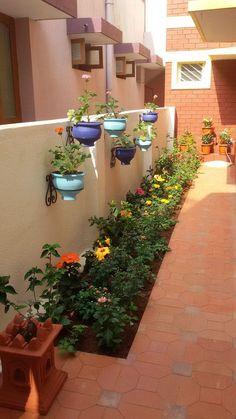 "Pequeno jardim lateral. [ ""Side yard garden and landscaping design"" ] # # #Garden #Makeover, # #Side #Yards, # #Landscaping #Design, # #Kolkata, # #House #Tours, # #Fence, # #Bricks, # #Garden #Ideas, # #Apartments"